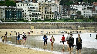 شاطئ لا كونشا، بعد رفع قيود الإغلاق، في سان سيباستيان شمال إسبانيا، 9 مايو 2021