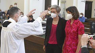 Vikar Wolfgang Rothe, segnet Christine Walter und Almut Muenster während eines Gottesdienstes in München, 9. Mai 2021