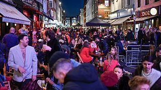 avventori ai tavoli allestiti fuori dai pub di Soho, Londra, lunedì 12 aprile 2021