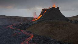 Géiser de lava do Fagradalsfjall visto a partir de Reiquiavique