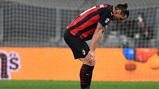مهاجم إيه سي ميلان السويدي زلاتان إبراهيموفيتش بعد إصابة في الركبة خلال مباراة يوفنتوس ضد ميلان في 9 مايو 2021 في ملعب يوفنتوس في تورينو