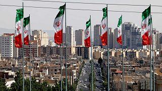 الأعلام الوطنية الإيرانية ترفرف في العاصمة الإيرانية طهران، 9 مايو 2021