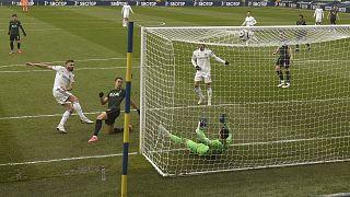 Stuart Dallas, a Leeds United játékosa gólt rúg a Tottenham Hotspur ellen