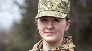 Anastasia, de 24 años, se alistó hace seis años y todavía está esperando que la destinen al frente