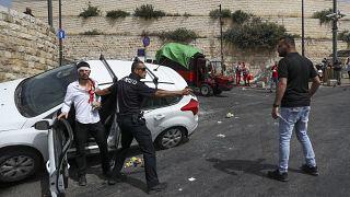 شرطي إسرائيلي يوفر الحماية لمستوطن دهس فلسطينياً قرب المسجد الأقصى