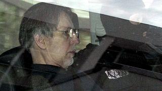 Michel Fourniret convoyé par la police au tribunal de Charleville-Mézières - est de la France -, le 14 mai 2008