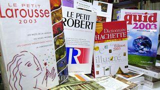 قواميس اللغة الفرنسية معروضة في محل لبيع الكتب في كاين.