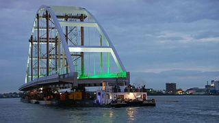 Ολλανδία: Μια γέφυρα «ταξιδεύει» μέσα από τα στενά κανάλια του Ρότερνταμ