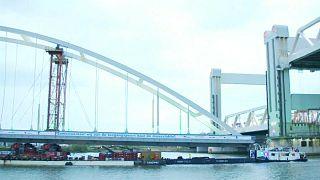 Die Ersatzbrücke musste in Rotterdam zahlreiche Hindernisse unterqueren