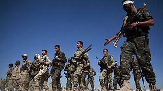 Húszi katonák menetelnek Jemenben