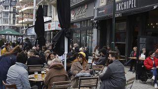 Belçika'nın başkenti Brüksel'de cafeler açık havada müşteri kabul ediyor