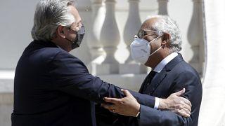 El presidente argentino, Alberto Fernández, y el primer ministro portugués, António Costa, se saludan al iniciar su encuentro en el palacio Sao Bento de Lisboa.