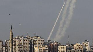 إطلاق صواريخ من مدينة غزة التي تسيطر عليها حركة حماس الإسلامية الفلسطينية  باتجاه إسرائيل في 10 مايو 2021.
