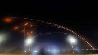 نظام القبة الحديدية للدفاع الجوي الإسرائيلي يعترض الصواريخ التي تم إطلاقها من قطاع غزة فوق مدينة عسقلان في جنوب إسرائيل.