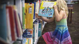 Kislány a könyvesboltban