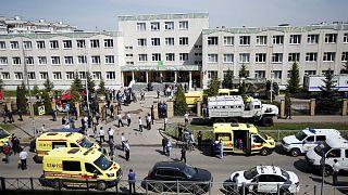 Forces de l'ordre et services de secours déployés devant l'école n°175 de Kazan où a éclaté une fusillade qui a fait au moins 9 morts le 11 mai 2021