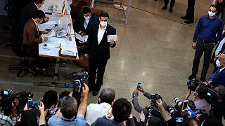 سعيد محمد، يُظهر وثيقة هويته أثناء تسجيل اسمه كمرشح لانتخابات 18 يونيو الرئاسية في مقر انتخابات وزارة الداخلية في طهران، إيران.