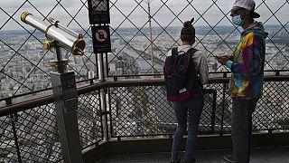 Des touristes en haut de la Tour Eiffel à Paris