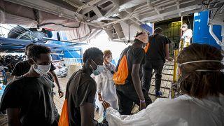 مهاجرون غير شرعيون يصلون إلى مرفأ قرب ساحل باليرمو ، صقلية ، إيطالياـ فبراير 2020