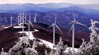 توربينات لتوليد الكهرباء على قمة جبل سادلباك في الولايات المتحدة الأمريكية