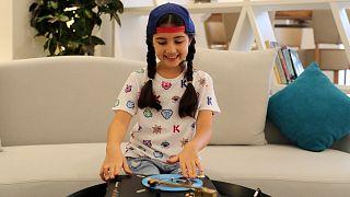 أصغر دي جي في دبي تشق طريقها إلى الشهرة