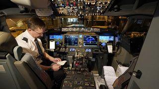 Felszállás előtti ellenőrzés egy Boeing 737 Max pilótafülkéjében 2021. március 1-én
