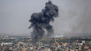11 maggio 2021: una colonna di fumo si leva dopo un raid aereo su Gaza