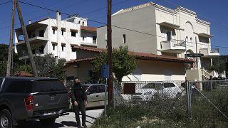 Αστυνομικοί ερευνούν το σπίτι όπου εντοπίστηκε δολοφονημένη η 20χρονη