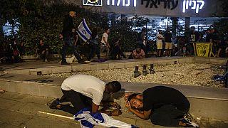 Des manifestants juifs s'abritent alors que des roquettes ont été tirées depuis Gaza, à Ramla, Israël, le 11 mai 2021