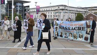 """Les proches des victimes du """"massacre de Ballymurphy"""", ce 11/05/2021 à Belfast (Irlande du nord)"""