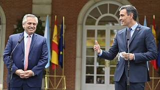 El presidente argentino, Alberto Fernández, y el presidente del Gobierno español, Pedro Sánchez, durante la rueda de prensa conjunta en el palacio de La Moncloa.