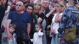 Geschockte Eltern nach dem Angriff auf die Schule Nummer 175 in Kasan