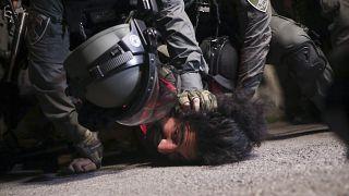 شرطة الاحتلال الإسرائيلي تعتقل فلسطينيا لمشاركته في تظاهرة احتجاجية ضد خطط لإجلاء عائلات فلسطينية في حي الشيخ جراح بالقدس الشرقية