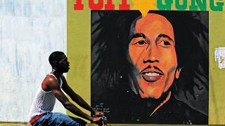 لوحة جدارية للموسيقي الراحل بوب مارلي في كينغستون.