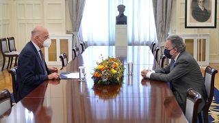 Ο υπουργός Εξωτερικών Νίκος Δένδιας συνομιλεί με τον εκπρόσωπο του ΣΥΡΙΖΑ Γιώργο Κατρούγκαλο