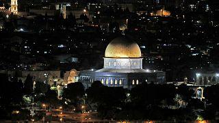 قبة الصخرة في مجمع المسجد الأقصى بالقدس في 10 مايو 2021، بعد تجدد الاشتباكات بين الفلسطينيين والشرطة الإسرائيلية.