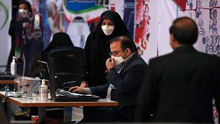 موظفو لجنة الانتخابات في إيران بدأوا تسجل طلبات الترشح لانتخابات 18 حزيران/ يونيو الرئاسية، وذلك داخل مقر وزارة الداخلية بطهران في  11 أيار/مايو 2021