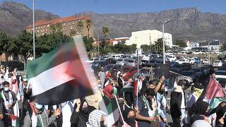 تظاهر المئات في جنوب إفريقيا ضد الهجمات الإسرائيلية على الفلسطينيين والتي أدت إلي مقتل حوالي 28 شخصًا في أعقاب اشتباكات بشأن المسجد الأقصى في القدس.