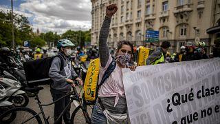 """Repartidores a domicilio autónomos se manifiestan frente al Parlamento para protestar contra la llamada """"Ley Rider""""."""