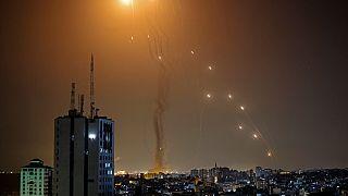 اعتراض صاروخ أُطلق من مدينة غزة التي تسيطر عليها حركة حماس الفلسطينية، من قبل نظام الدفاع الجوي الإسرائيلي القبة الحديدية   في 11 مايو 2021.