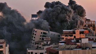 غارة جوية إسرائيلية على مجمع هنادي في مدينة غزة الذي تسيطر عليه حركة حماس الفلسطينية  في 11 مايو 2021.
