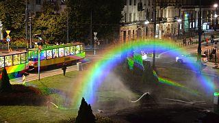A művészeti installáció szivárványszínűre festette a varsói villamost