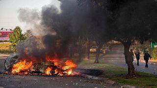 سيارة شرطة إسرائيلية تحترق بعد مظاهرة قام بها عرب إسرائيل في أعقاب جنازة موسى حسونة في وسط مدينة اللد بالقرب من تل أبيب، 11 مايو 2021