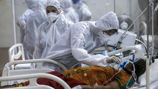 بیمار مبتلا به کرونا روی تخت بیمارستانی در هند