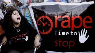 صورة من الارشيف - نساء مصريات يرددن شعارات ويحملن لافتات خلال مظاهرة ضد التحرش الجنسي في القاهرة، مصر
