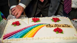 خلال حفل زفاف أول زوجين مثليين في ألمانيا يتزوجان قانونًا في قاعة بلدية شوينبيرج في برلين، 1 أكتوبر 2017