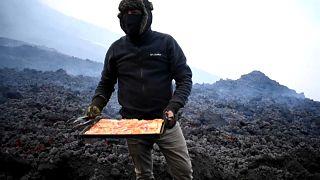 El pizzero aficionado muestra su pizza volcánica