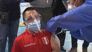 Joven con síndrome de Down recibiendo la vacuna en Lima (Perú)