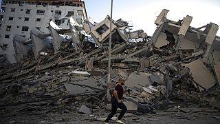 أنقاض مبنى دمرته الغارات الجوية الإسرائيلية على مدينة غزة، الأربعاء ، 12  أيار/مايو 2021