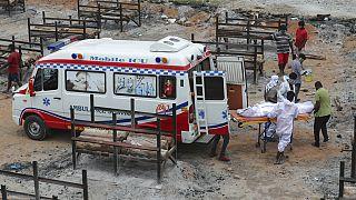 Hindistan'da açık alanlarda yakılan cenazeler